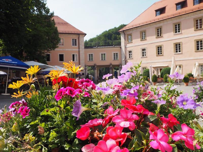 Bier findet Ihr hier : Schon seit nahezu eintausend Jahren braut die Klosterbrauerei Weltenburg bei Kelheim unentwegt köstliches, bayrisches Bier.