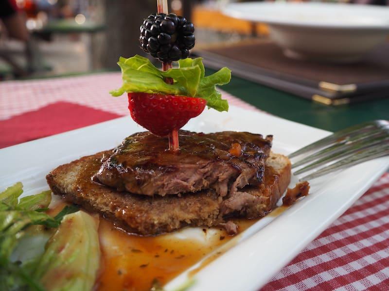 ... selbige bieten übrigens auch Straußen-Steak von der nahe gelegenen Straußenfarm Donaumoos an : Prädikat verkostenswert !