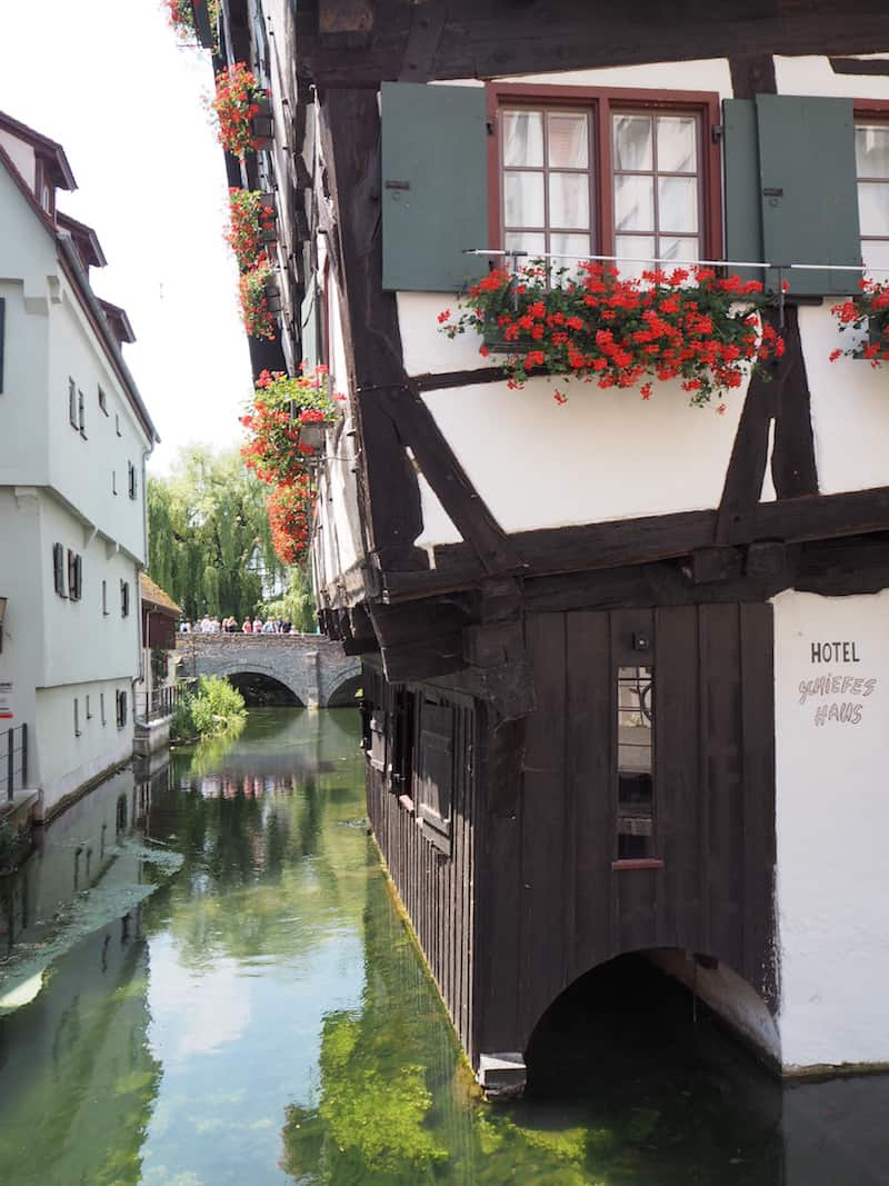 """... einzigartig in Ulm: Das von Guiness ausgezeichnete, """"schiefste Hotel der Welt""""! Ihr könnt, wenn Ihr anklopft, gar einen kurzen Blick hineinwerfen, oder am besten mal drin nächtigen ..?"""