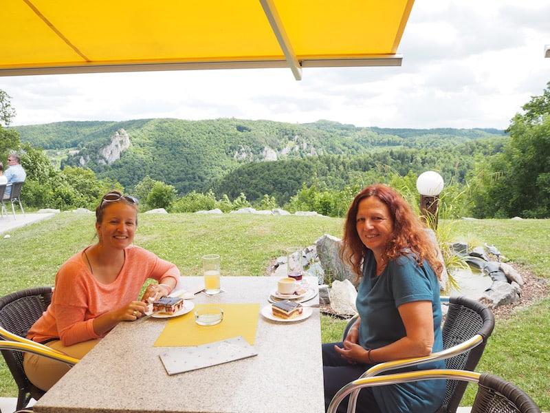 """... schließlich, bei der Entdeckung der """"Donauwelle"""" hoch über der Donau selbst: Einem fantastischen regionalen Kuchen, den Ihr probieren müsst ..."""