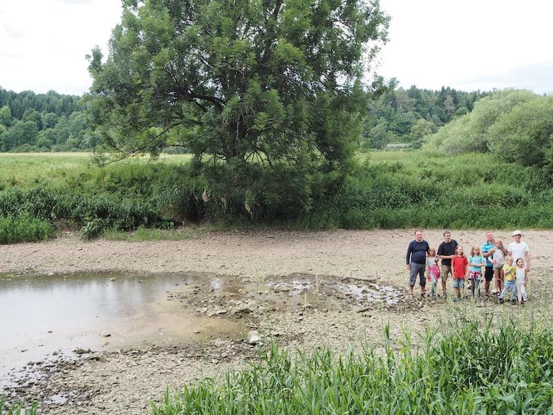 """Nicht vergessen: Die Donauversickerung besuchen. Eindrucksvoll, posiert diese Familie hier vor der Stelle, an der die Donau echt """"aufhört""""!"""