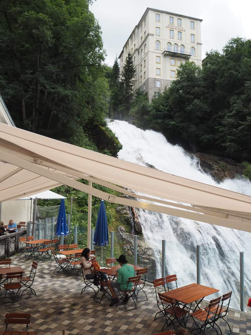 ... und beim Wasserfall, der mitten durch den Ort donnert ...