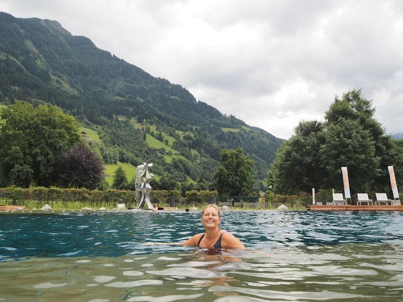 Nicht vergessen: Ab in die Alpentherme Gastein mit ihrem warmen Thermalsee ...