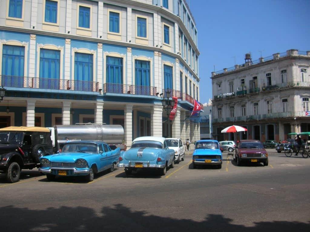 """Selbige (und viele weitere Baujahre und -marken) sind in Kubas Hauptstadt """"La Havanna"""" zum Zeitpunkt unserer Reise allgegenwärtig ..."""