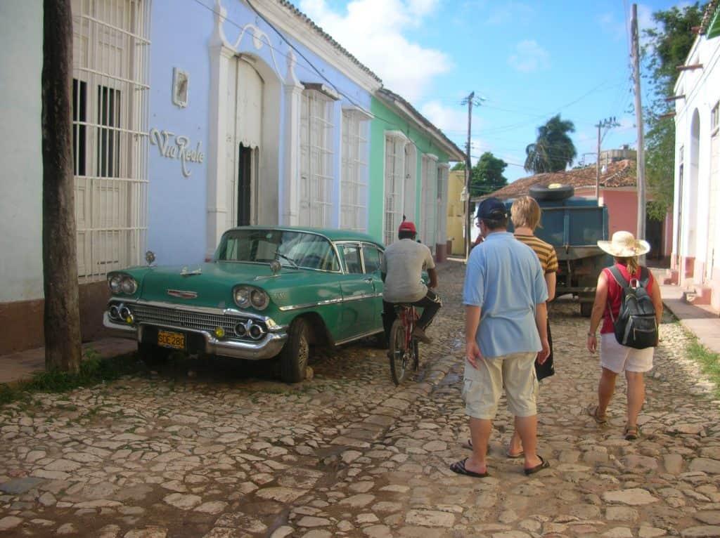 ... und natürlich, wie könnte es anders sein, voller alter Autos steckt, die für Kuba in unseren Köpfen so typisch sind.