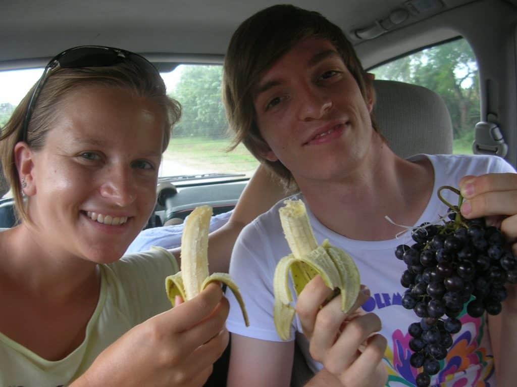 Wirklich schöne Erinnerung : Mein Bruder und ich mit frisch vom Bauern gekauften Obst in Kuba ...