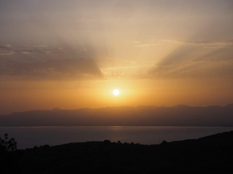 Tipp: Vom Osten Kalamata's aus, in leichter Anhöhe über dem Meer, habt Ihr den besten Blick auf den Sonnenuntergang im Westen.
