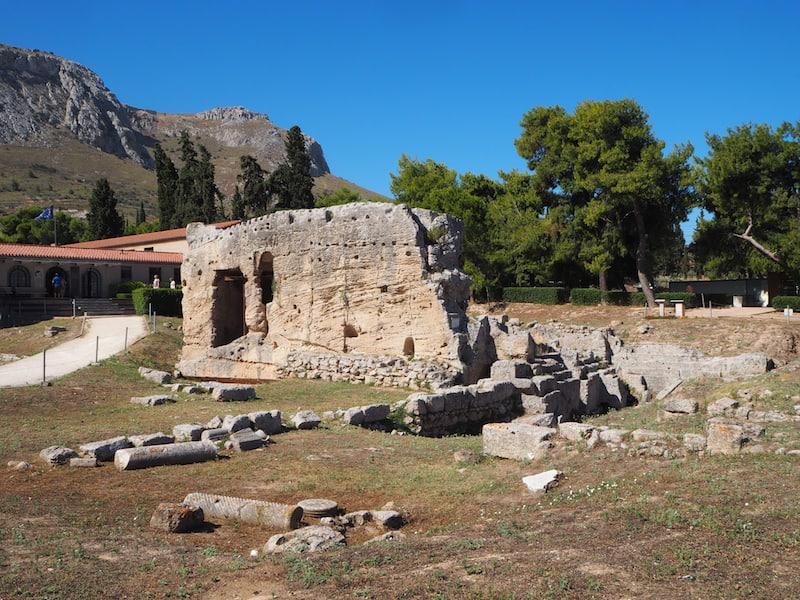 ... inklusive dieser gut zweitausend Jahre alten Steinquelle ...