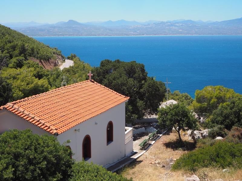 Für das anschließende Mittagessen empfiehlt sich ein Ausflug an die gegenüberliegende Seite der Buch, nördlich der Stadt Loutraki mit Blick auf Korinth ...