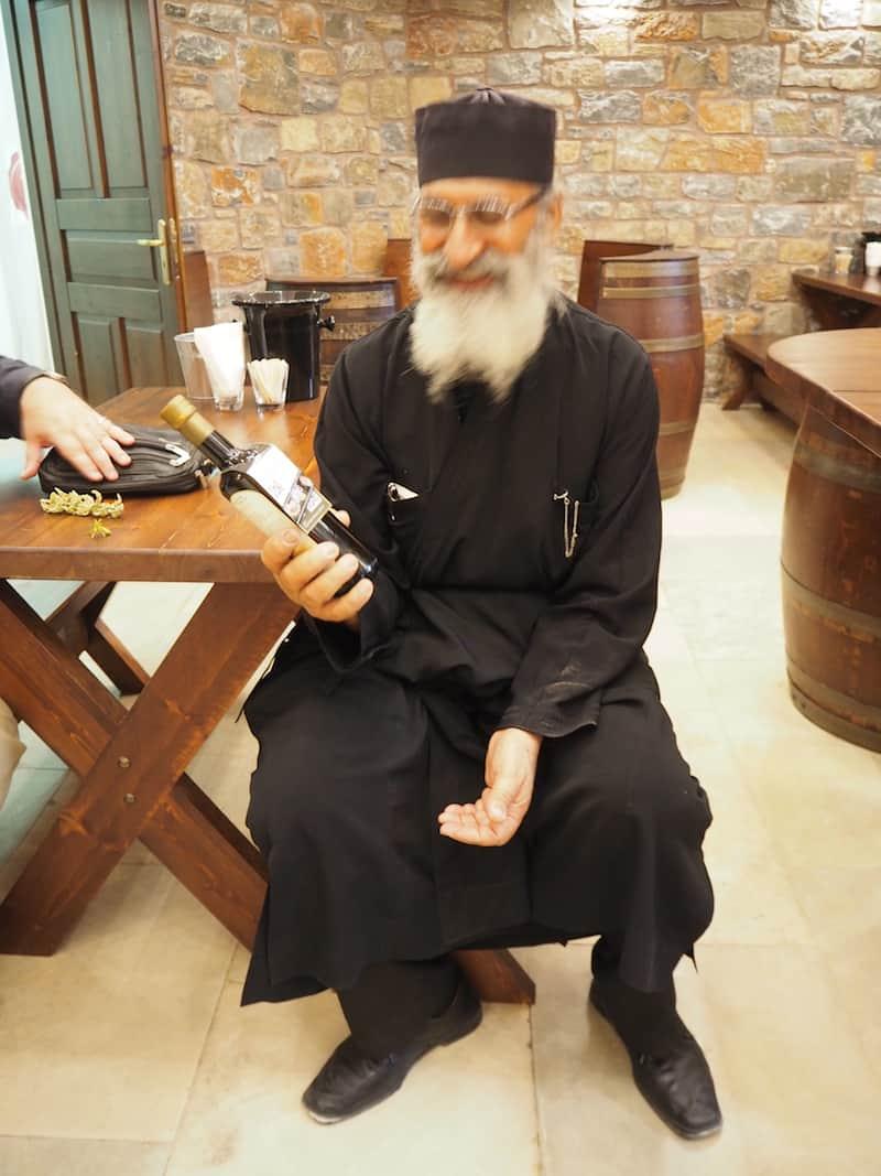 ... die herzlichen Erinnerungen an den Besuch des klösterlichen Weinkellers mit dem Abt von Moni Toplou ...