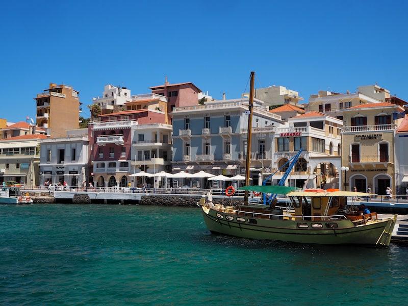 Weiters hinzu kommt das entzückende kleine Hafenviertel von Agios Nikolaus ...