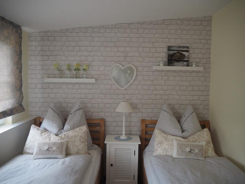 ... die stets liebevoll eingerichteten Zimmer erholsamen Schlaf.
