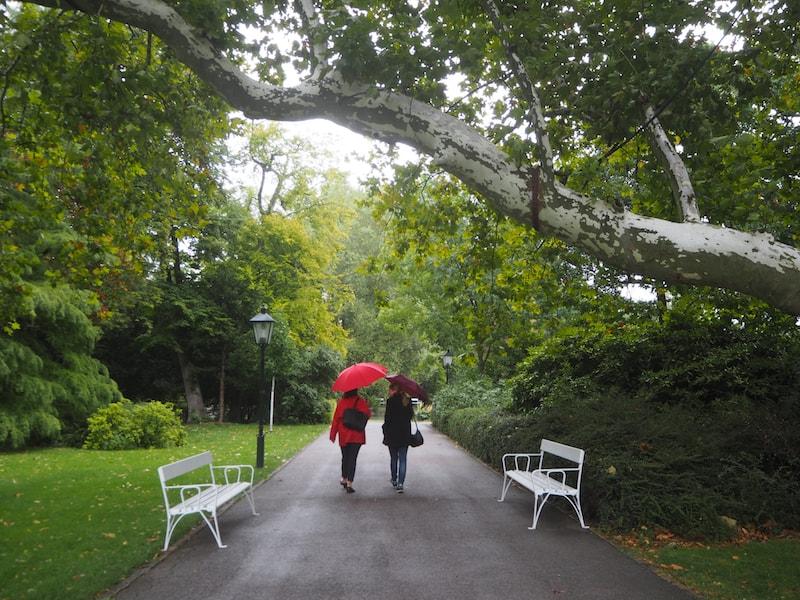 ... ob beim Spaziergang durch seine berühmten Parkanlagen & Rosengärten ...
