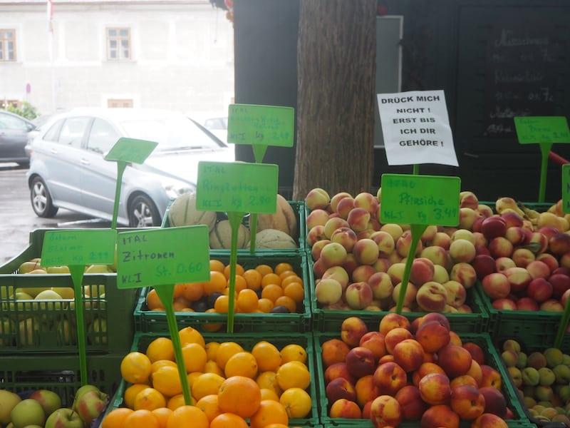 """... auch der Markt in Baden verleitet zum Durchkosten & Shoppen: """"Drück mich nicht! Erst, bis ich Dir gehöre!"""" Wie süß!"""