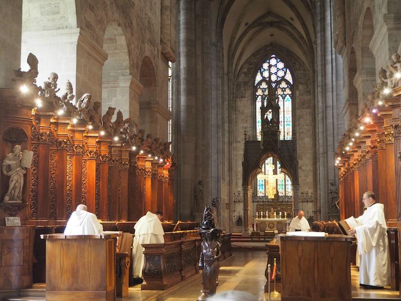 ... in dessen Stiftskirche jeden Tag um die Mittagszeit ein gesungenes, lateinisches Chorgebet gefeiert hat - auch das ein echtes Erlebnis der hier ansässigen Mönche!