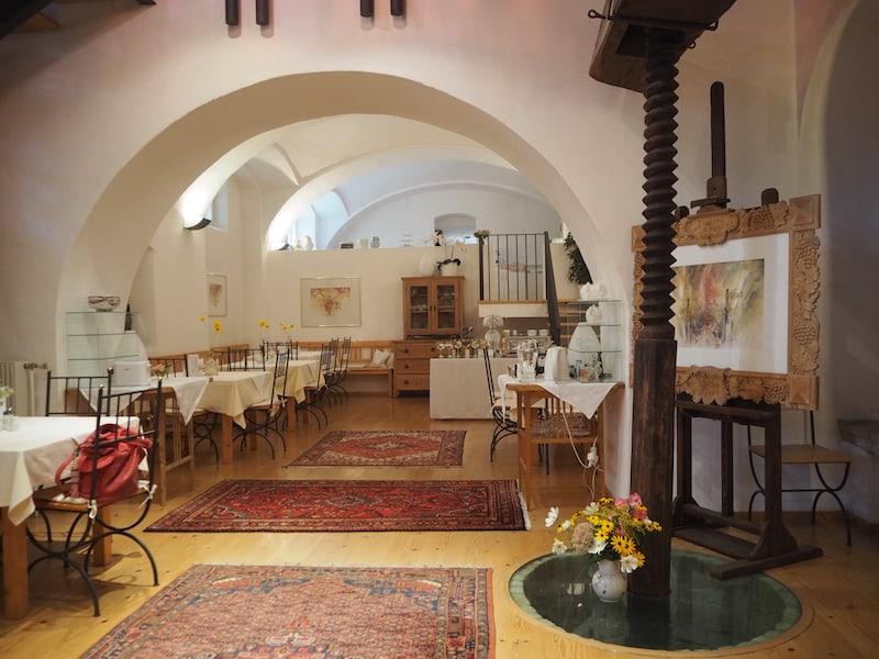 ... bis hin zu den historischen Kellergewölben, jetzt Frühstücks- und Empfangsräume ...