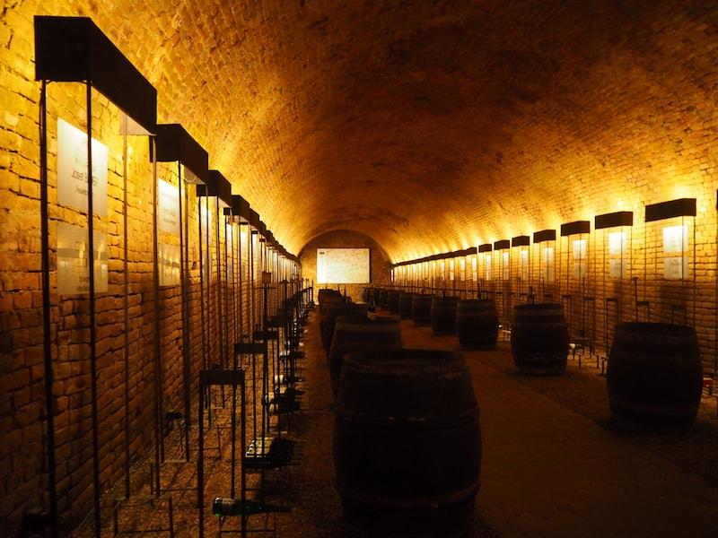 """... selbst die Architektur im Keller, hier die Eisenstangen für den """"Alten Winzerkeller"""", stammen aus der Handfertigung des Gastgebers ..."""