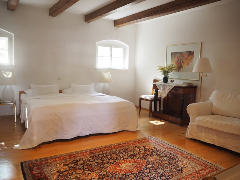 ... sowie dem ehemaligen Schüttkasten, heute liebevoll eingerichtete Gästezimmer ...