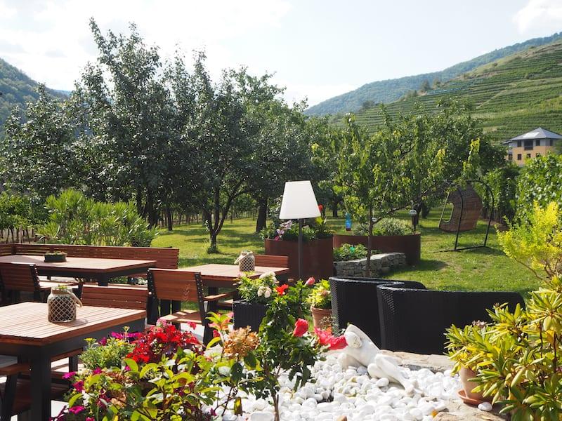 ... auch der Heurigen direkt am (Wein)Garten gelegen ist überaus einladend ...