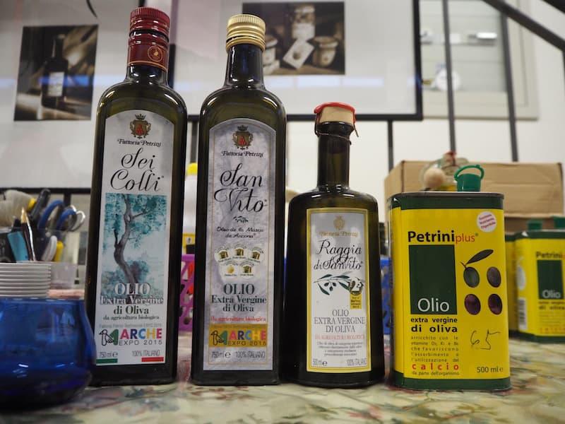 ... das Olivenöl hier ganz rechts außen, ist das welches sogar ein Europäisches Patent für seine besonderen gesundheitlichen Vorzüge erhalten hat ... Bravo, Francesca e famiglia !!