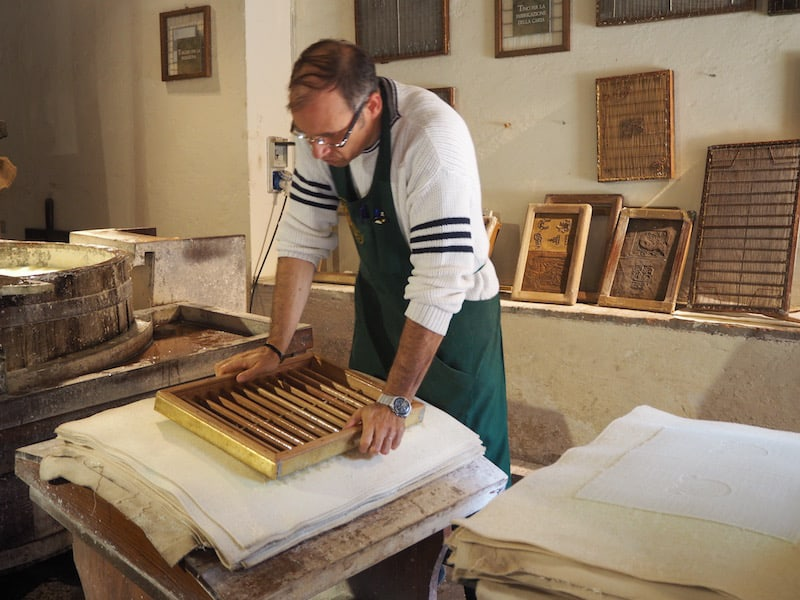 ... wo auch Besucher eingeladen sind, sich an der kreativen Herstellung echter Papierbögen zu versuchen.