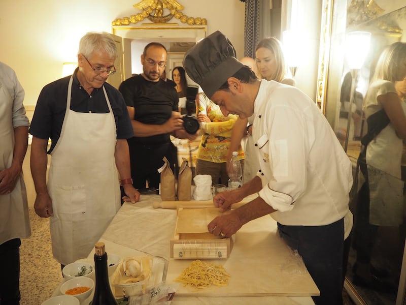 ... wer italienischen Köchen auf die Finger schaut ...