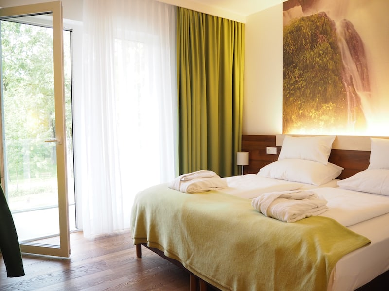 Gemütlich und einladend, die großzügigen Zimmer im Hotel Spirodom, die die Natur des Gesäuse ins Zimmer holen ...