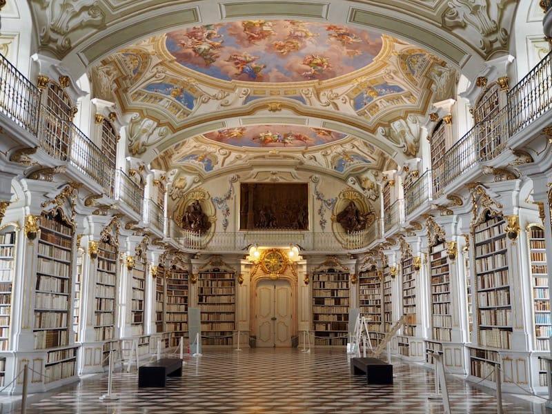 """Dazu kommt mit der Stiftbibliothek in Admont eines der """"acht Weltwunder"""", die weltweit größte Klosterbibliothek der Welt mit über 70.000 (!) Büchern nämlich ..."""