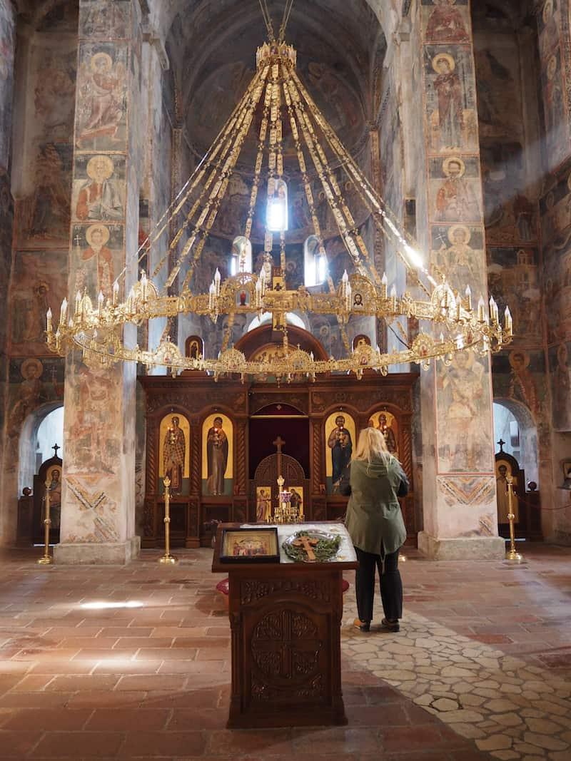 ... auch einen Blick auf die wirklich schöne, für die serbisch-orthodoxe Kirche so typisch gestalteten Innenräume bietet.
