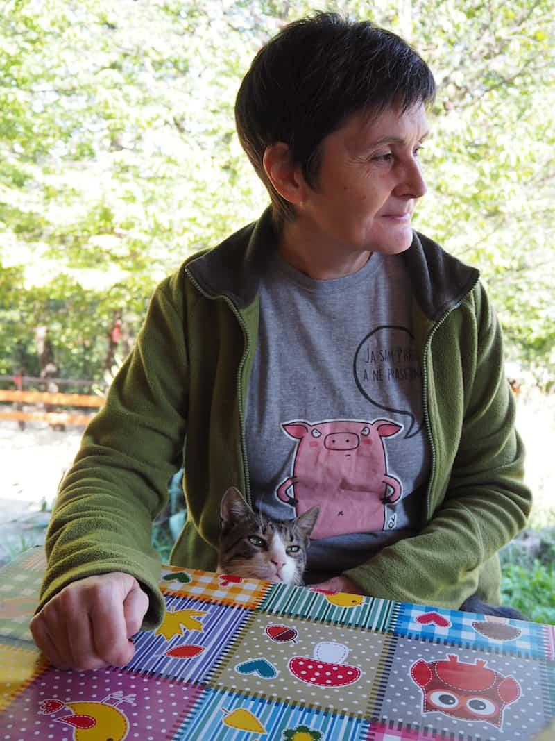... finden wir uns wenig später in dieser Gesellschaft wieder: Wer würde einer Frau mit einer Katze auf dem Schoß schon nicht vertrauen wollen ..?