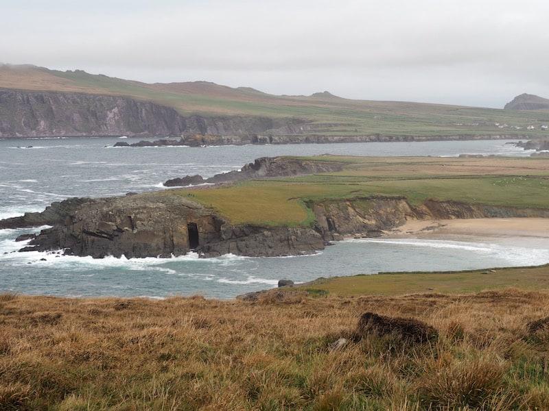 Weiter geht es über die spektakulären Küstenlandschaften Westirlands ...