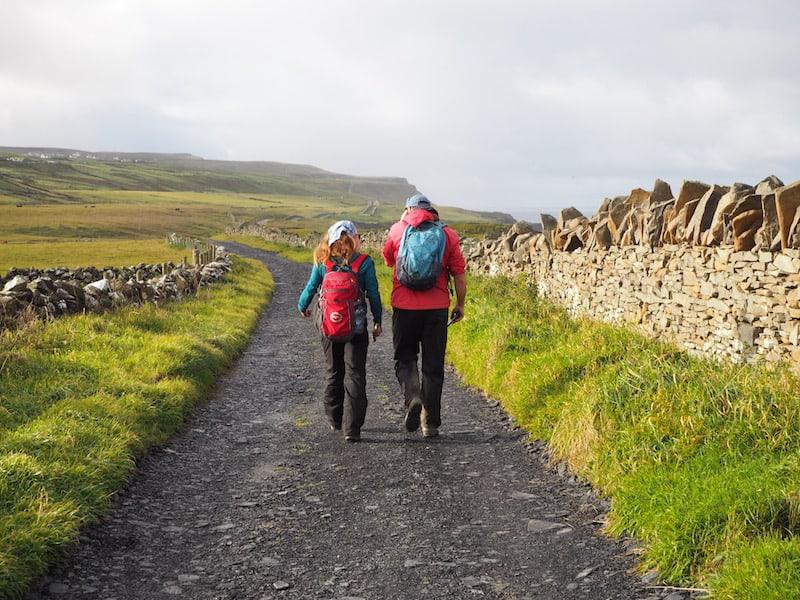 Pünktlich um 10.00 Uhr morgens marschieren wir los, Pat und seiner Kollegin Elizabeth folgend ...