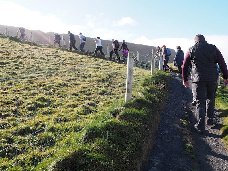 ... es geht weiter bergauf: Insgesamt erheben sich die Cliffs of Moher gut zweihundert Meter über dem Meer ...