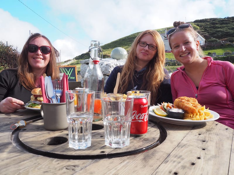 In Hochstimmung genießen wir später unsere Fish'n'Chips mit den neuen Reisebekanntschaften aus Irland ...