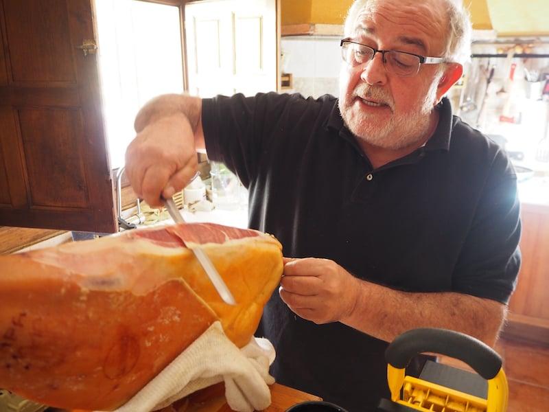 José Luis Sanchez Rodriguez empfängt uns hier bei sich zu Hause, klassisch will man meinen mit Schinkenbeinaufschnitt ...