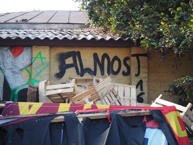 """... hinein in das sogenannte """"Chinesische Viertel der Stadt"""": """"Almost"""", wie es dieses Graffiti hier treffend beschreibt."""