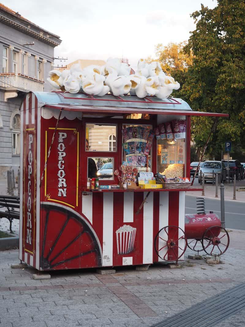 """Auch die Stadt selbst, """"Downtown Novi Sad"""" wenn Ihr so wollt, ist einigermaßen kreativ, wie diese heiteren Popcorn-Standln hier ..."""