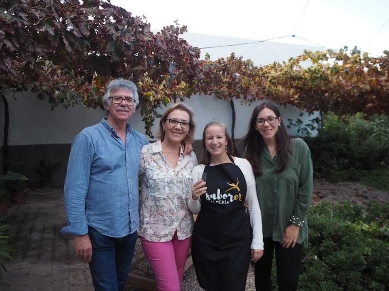 ... herrlich, so bei der Familie anzukommen: Meine neue Freundin Rosa María, kann ich fast sagen, und ihre liebenswerten Eltern hier auf dem Foto.