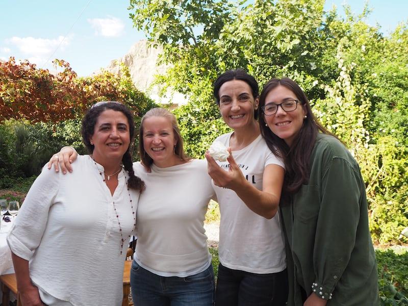 """... oder die """"Arbeit"""", solche Kleinode zu organisieren, Rosa María Pascual (ganz rechts im Bilde) überlassen ..."""
