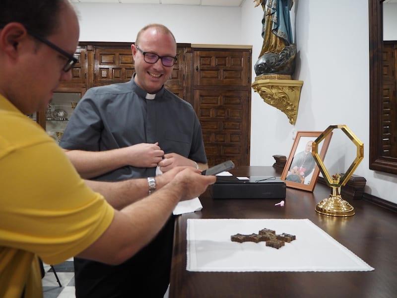 ... stellt mich dem örtlichen Pfarrer von Canjáyar vor, der eine interessante Kirchengeschichte aufzuwarten weiß ...