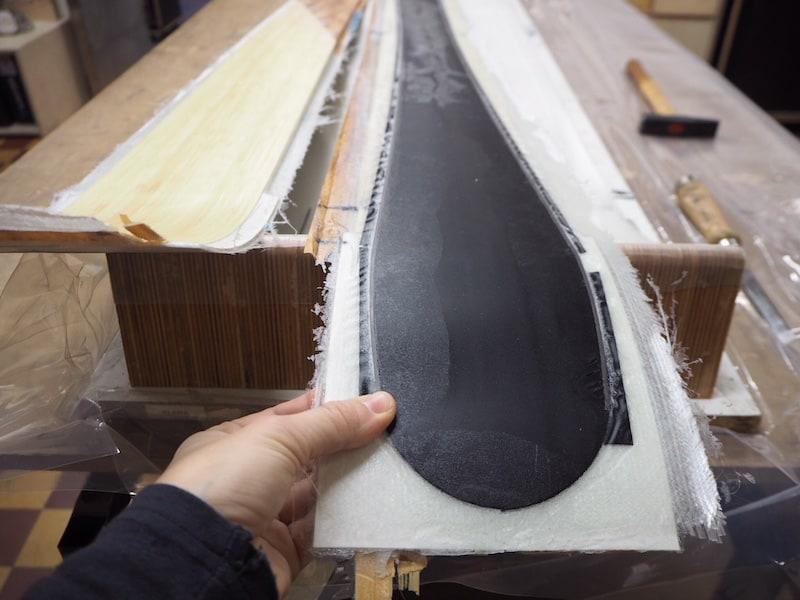"""Über Nacht werden die Ski in sämtlichen, zuvor angelegten Schichten dann im Ofen """"gebacken"""" ..."""