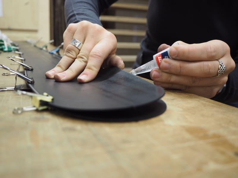 Apropos Material: Wusstet Ihr, dass der Skibau-Workshop mit dem Verkleben von Belag & Kanten beginnt ..?