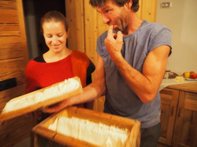 Was genau geschieht denn hier? Gerade im Winter haben Südtirols Bauern beispielsweise ganz viel Zeit für Kreatives, wie die traditionelle Butterherstellung auf ihren Höfen: Über