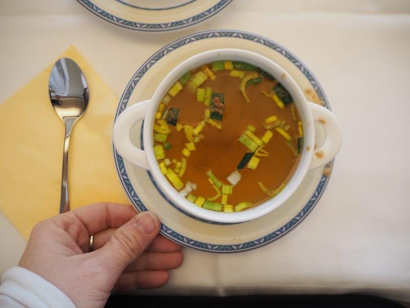"""Die einzige """"Nahrung"""" an den insgesamt sechs Trinktagen während des Fastens: Obst-Gemüse-Säfte am Morgen und am Abend, zu Mittag klare Suppe mit etwas Gewürzen. 300 kcal. Statt der üblichen fünffachen, täglichen Menge .. Das, meine Lieben, ist Fasten pur!"""