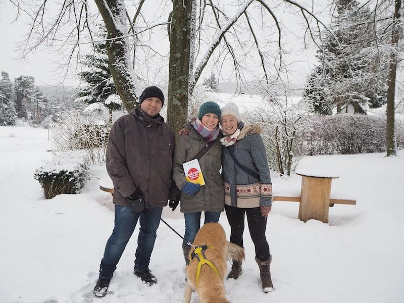 """Eine schöne Form von Gemeinschaft war weiters der Besuch meiner langjährigen Freundin aus dem Waldviertel, samt Mann & Hund sowie der Überreichung meines Buches, """"The Creative Traveler's Handbook"""" als Geschenk für sie ..."""
