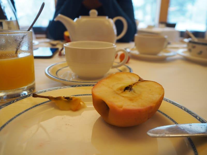 ... und Gott ist das gut, nach dem Fasten wieder zu essen: Genussvoll verbringen wir nach sechs reinen Trinktagen fast eine Stunde damit, einen ganzen Apfel (!) zu verspeisen ...