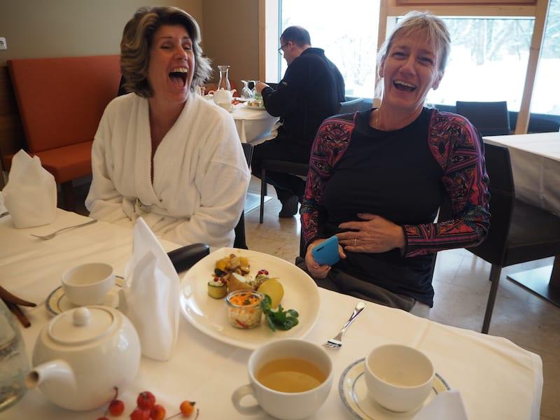 """Glückliche Gesichter beim """"Tastenbrechen"""" am Tag vor der Abreise: Endlich gibt es wieder ein Kau- und Essgefühl bei Tisch!"""