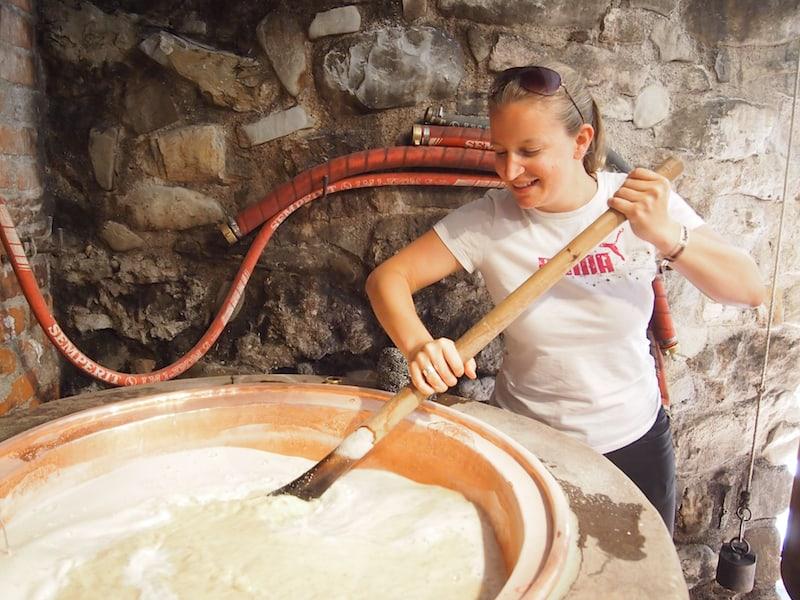 ... gekocht, gerührt, filtriert wird dann das selbst gebraute Bier in Österreichs heimlicher Bierhauptstadt Salzburg ...