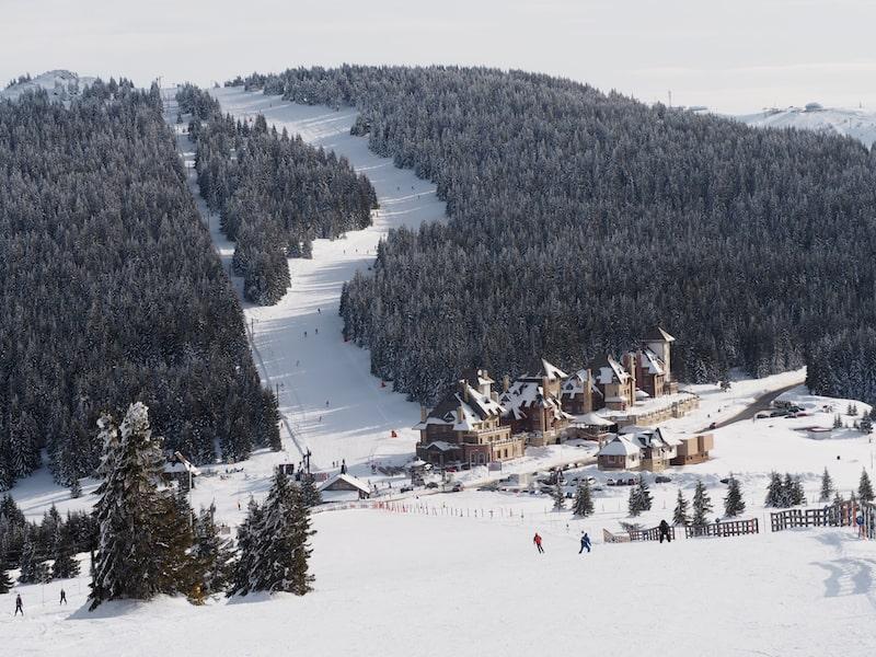 ... und teilweise eine ganz eigentümliche Architektur machen das Skifahren