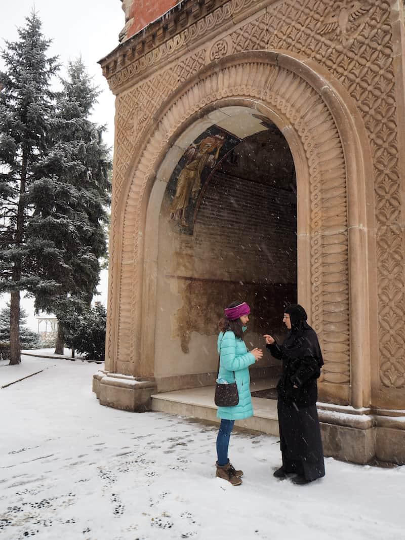 ... und Euch ein wenig in die Geheimnisse des serbisch-orthodoxen Klosterlebens einweiht: Begegnungsqualität beim Reisen in Serbien.